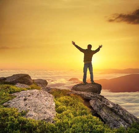 Silueta šampion na vrcholu hory. Aktivní koncept život
