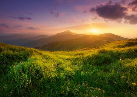 Berg Tal bei Sonnenaufgang. Natürliche Sommerlandschaft Lizenzfreie Bilder
