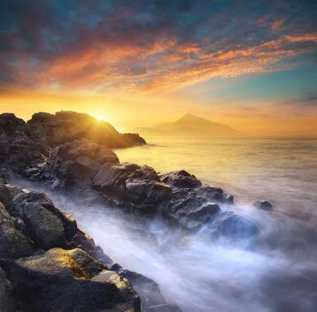 horizonte: Paisaje marino en la puesta del sol. Hermoso paisaje marino del verano naturales