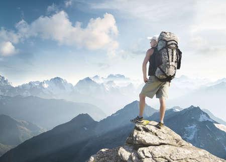 高い岩のピークに観光。スポーツ ・ アクティブ ライフのコンセプト 写真素材