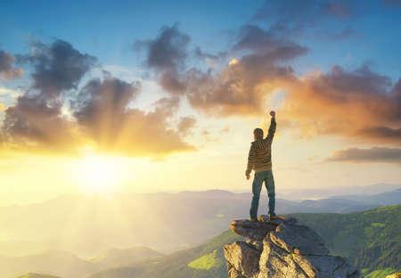 Silhouet van een kampioen op de bergtop. Actieve leven concept Stockfoto