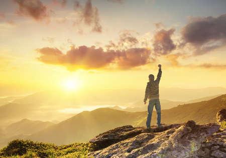 Silhouet van een kampioen op de bergtop. Actieve leven concept