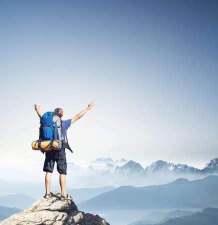 Turismo en pico de montaña. Deporte y concepto de la vida activa Foto de archivo - 57051858
