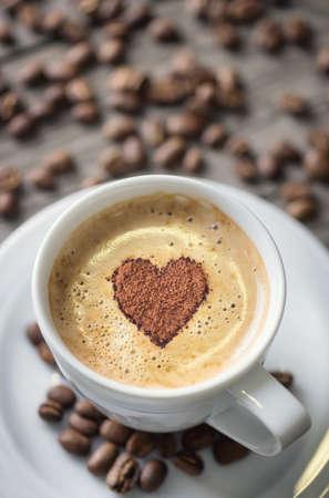 trozo de pastel: El café y el símbolo del corazón como concepto e ideal. Fondo de la comida sabrosa Foto de archivo