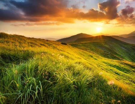 Montagna campo durante il tramonto. Bellissimo paesaggio naturale