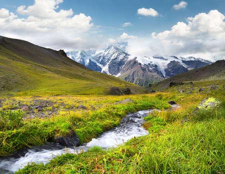 山の谷の川。美しい自然の風景