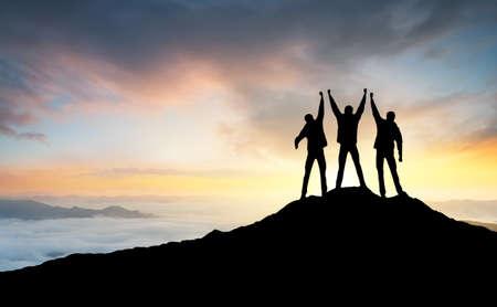 산의 피크에 팀의 실루엣입니다. 스포츠 및 활동적인 생활 스톡 콘텐츠