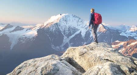 Toerist op de top van de hoge rotsen. Sport en actieve leven concept