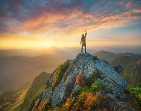 밝은 일몰 동안 산 계곡. 여름 시간에 아름 다운 자연 풍경 스톡 콘텐츠 - 74271498