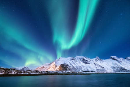Northen light under mountains. Beautiful natural landscape in the Norway 免版税图像