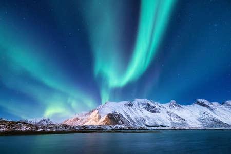 Północne światło pod górami. Piękny naturalny krajobraz w Norwegii Zdjęcie Seryjne