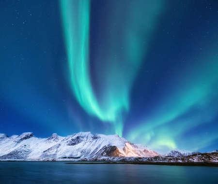 Północne światło pod górami. Piękny naturalny krajobraz w Norwegii