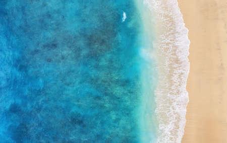 Strand als Hintergrund aus der Draufsicht. Türkisfarbener Wasserhintergrund aus der Draufsicht. Sommermeerblick aus der Luft. Insel Bali, Indonesien. Reisen - Bild Standard-Bild