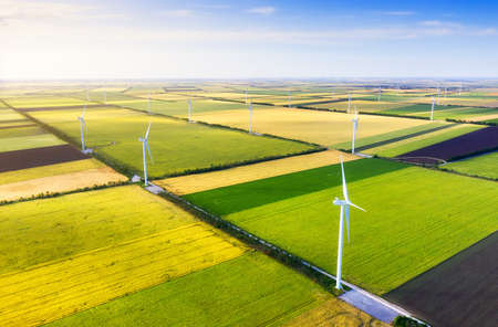 Elektrownia wiatrowa na polu. Widok z lotu ptaka z drona. Koncepcja i idea rozwoju energetyki alternatywnej. Technologia - obraz