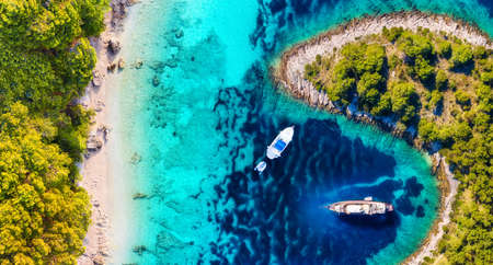 Yachts on the water surface from top view. Turquoise water panoramic background from drone. Summer seascape from air. Croatia. Travel - image 免版税图像