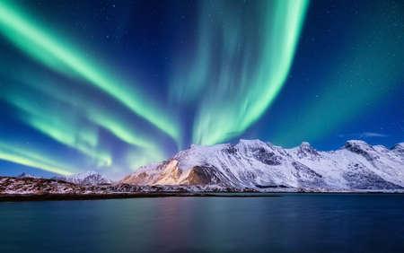 Aurora Borealis, Lofoty, Norwegia. A nie światło, góry i ocean. Zimowy krajobraz w porze nocnej. Norwegia podróże - obraz