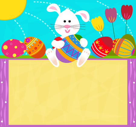 pasqua cristiana: Easter Bunny segno - Cute coniglio � in possesso di un uovo di Pasqua e seduto sulla cima di un segno in bianco.