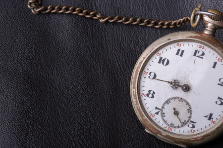 cronógrafo: viejo reloj sobre un fondo de cuero negro Foto de archivo