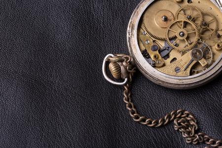 cronografo: viejo mecanismo del reloj en el fondo de cuero negro