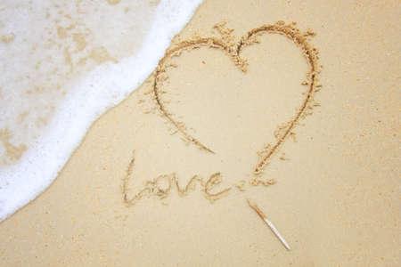 carta de amor: Coraz�n en la playa de arena. El dise�o conceptual. Foto de archivo