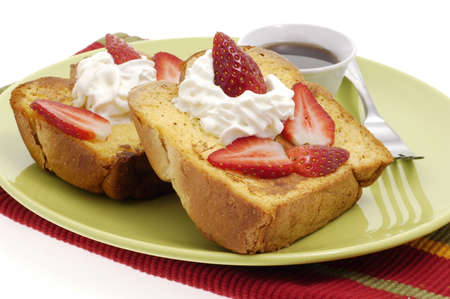 Delicious french toast with strawberries and whipped cream. Imagens