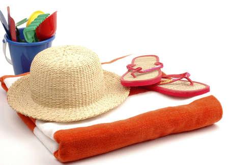 Artículos necesarios para la playa sobre un fondo blanco.  Foto de archivo - 2415525