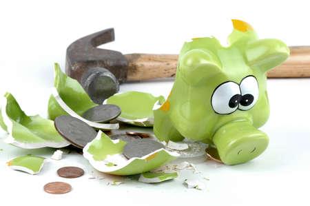 coinbank: Smashed coinbank americanos con monedas derrame fuera.