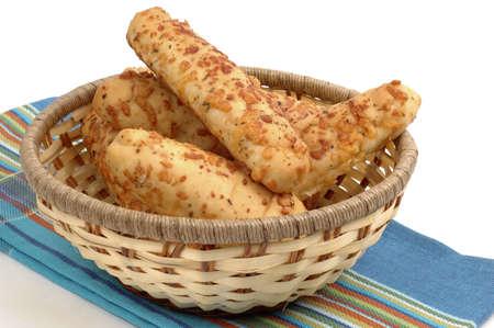 gressins: Boulangerie frais ail et de fromage pain dans un panier.