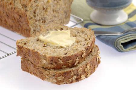 心のこもった自家製のパンにバターのスライス。