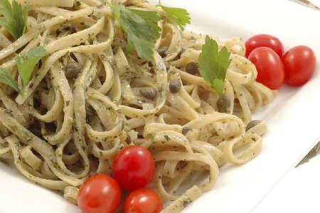 alcaparras: Tasty pesto linguine con alcaparras y tomates.
