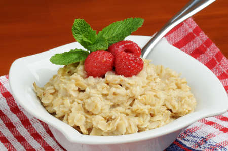 Bowl of healthy oatmeal with fresh raspberries. Imagens - 2550458