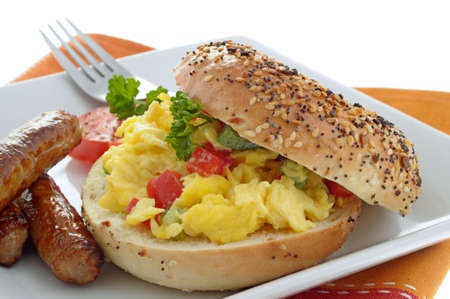 Sandwich made with egg on a fresh bagel. Imagens