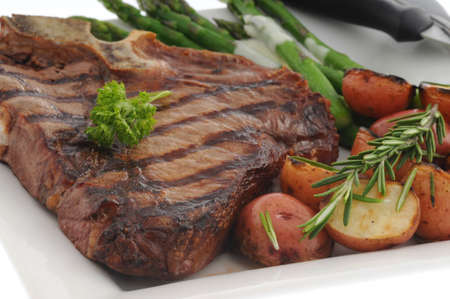 Perfectly grilled t-bone steak with roasted vegetables. Imagens