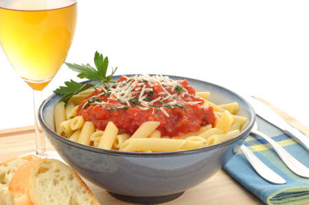 Bowl of delicious penne pasta with white wine. Imagens - 3466486