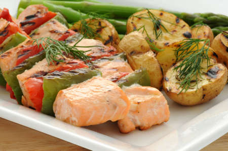 Grilled salmon kabobs served with vegetables and potato. Imagens - 3502518