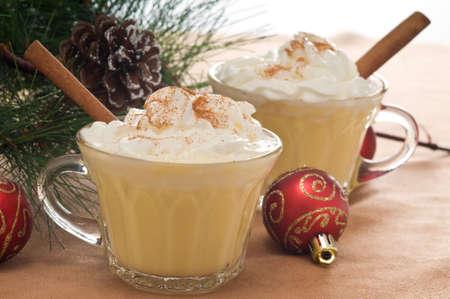 eggnog: Bebida festiva de rompope con crema batida y canela.
