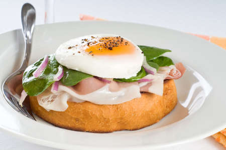 Elegant breakfast sandwich of poached egg and prosciutto. Imagens - 3906180
