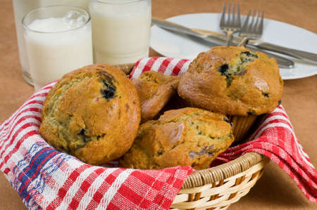 Fresh basket of blueberry muffins and milk. Imagens - 3945351