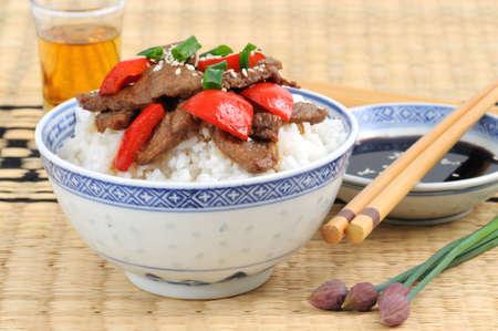 Garlic beef stirfry served with white rice. Reklamní fotografie
