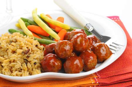 スウェーデンのミートボール ワイルド ライスと野菜を添えてください。