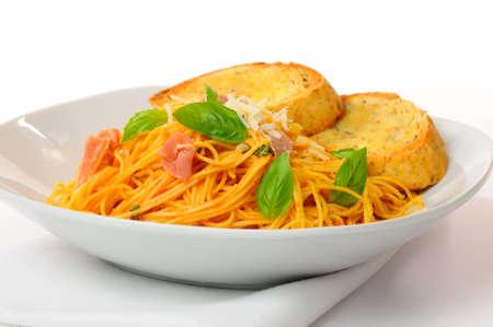 angel hair: Pasta de cabello de �ngel servido con un tomate cremoso, salsa de jam�n y albahaca. Foto de archivo