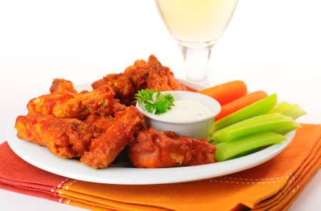 Hot and spicy buffalo chicken wings and crisp vegetables. Imagens - 6220501