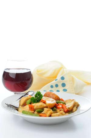 おいしいチキンと野菜のシチューのボウル。