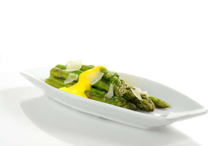 Steamed asparagus topped with hollandaise sauce and parmesan Imagens