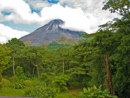 Paisaje de la selva de Costa Rica con el volcán arenal en segundo plano. Foto de archivo - 8249083