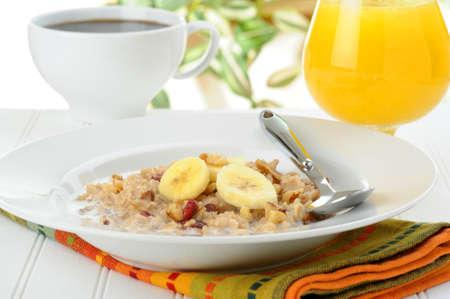 バナナとナッツの調理されたオートミールの栄養価の高い朝食。