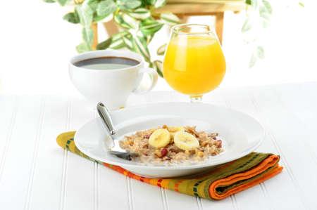 オートミール、オレンジ ジュース、コーヒーの朝食はおいしい。