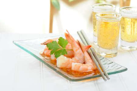 Oriental shrimp appetizer served with glasses of beer. Imagens - 8534293