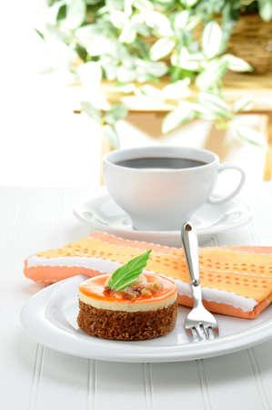 Een niet-traditionele carrot cake geserveerd met verse koffie.