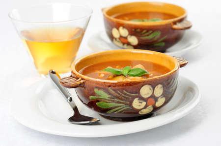 自家製の野菜と牛肉のスープのボウル。